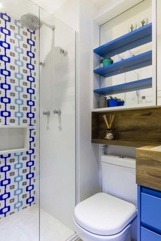 banheiro com revestimentos em azul