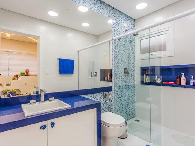 banheiro com bancada e nicho em azul royal