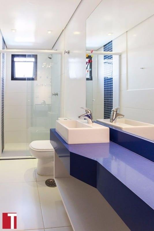 banheiro com bancada moderna em azul royal