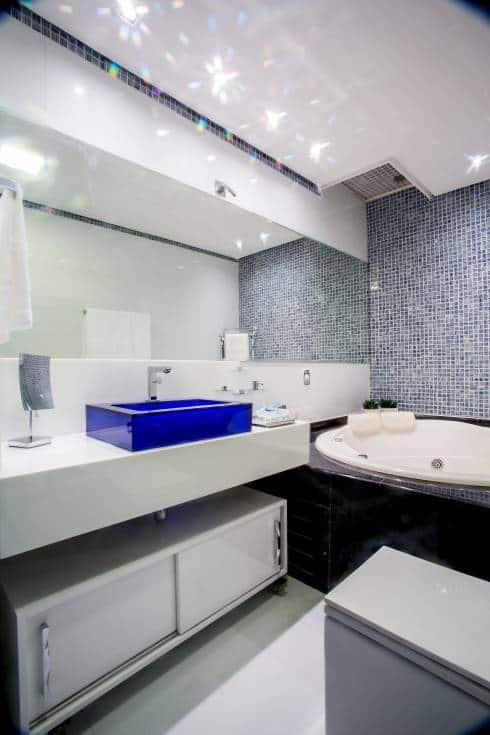 banheiro com cuba azul royal