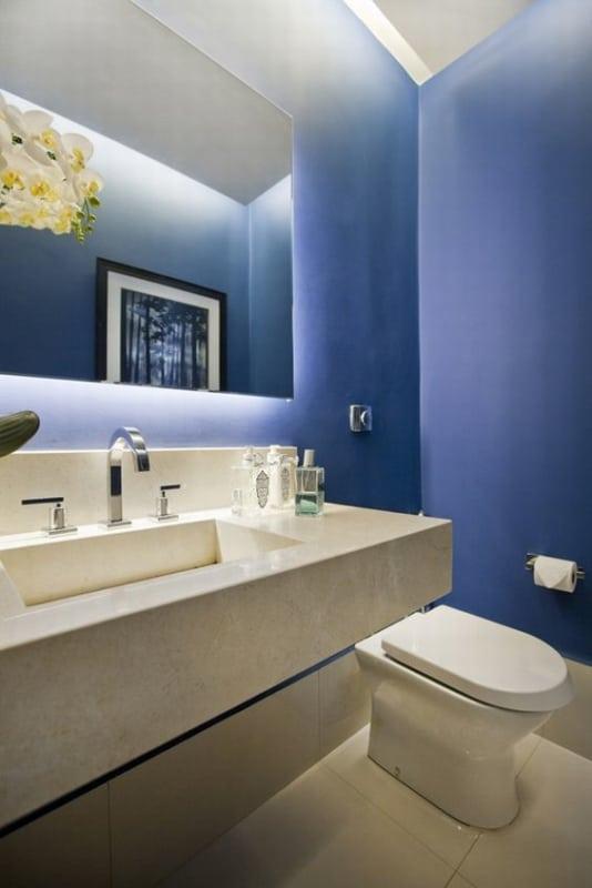 lavabo moderno com paredes em azul