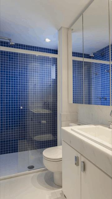 banheiro branco com pastilhas em azul royal