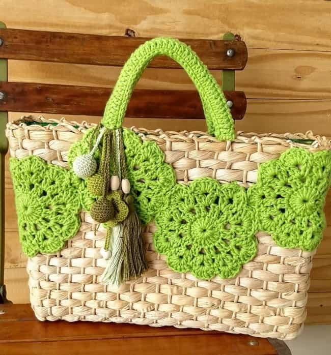 Bolsa de palha com customização de crochê verde
