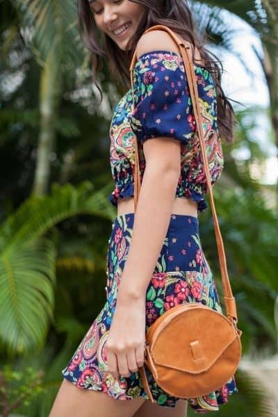 Look de verão com bolsa artesanal de couro