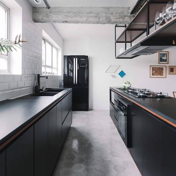 cozinha estilo industrial com bancada de granito escovado