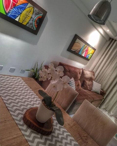 centro de mesa de madeira com vaso de flor