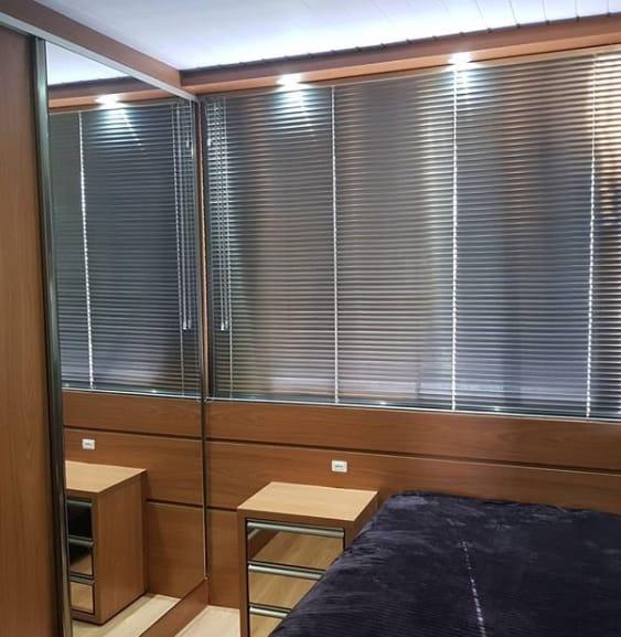 10 quarto com cortina persiana de alumínio