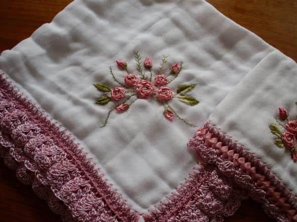 tecido para fralda de bebê com artesananto em fita de cetim