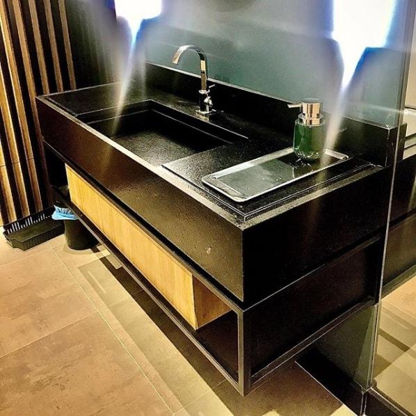 bancada de banheiro com cuba esculpida de granito escovado