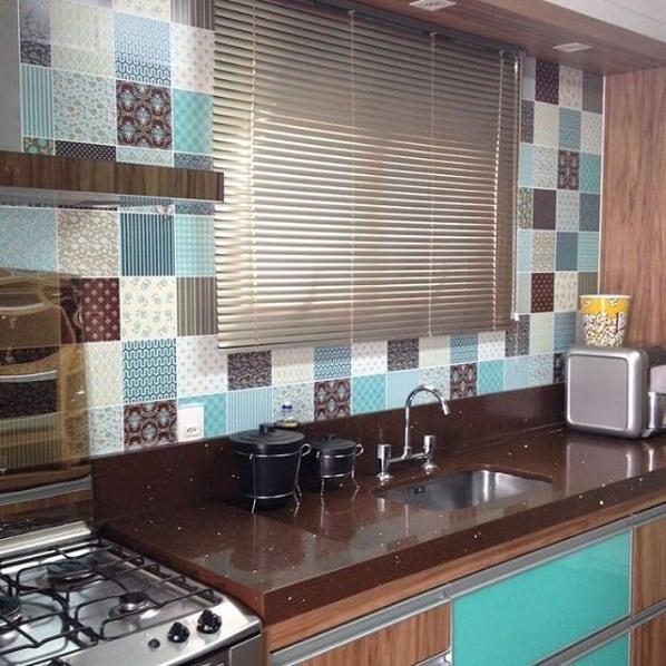 cozinha com persiana horizontal de alumínio