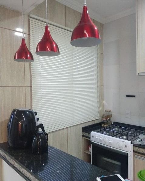 cozinha simples com persiana horizontal branca de alumínio