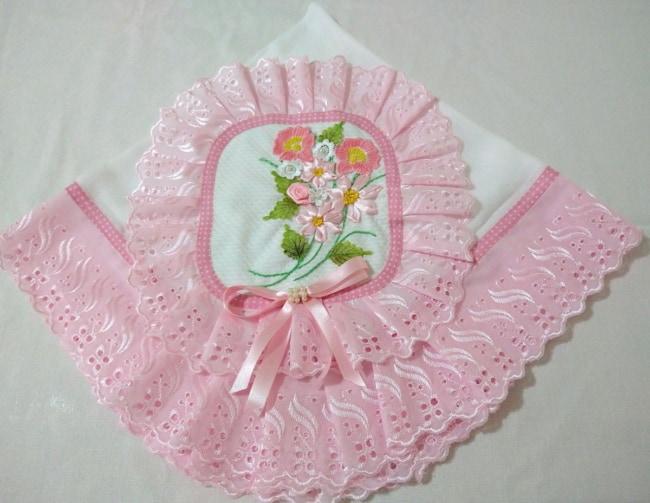 manta de bebê com flores bordadas em fita