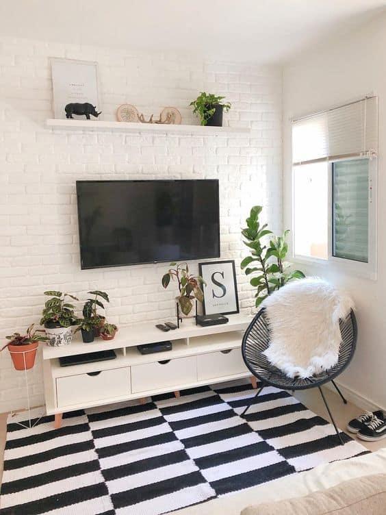 sala pequena com decoração em branco e preto