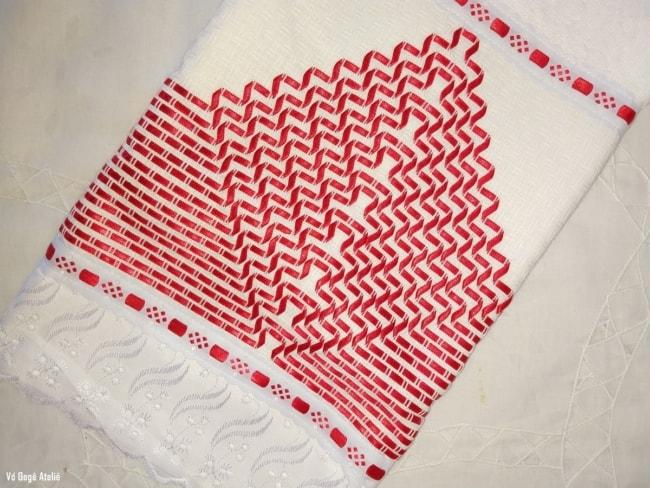 toalha bordada em vagonite de fita vermelha