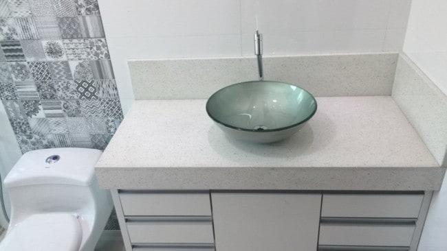 banheiro com bancada de granito branco itaúnas