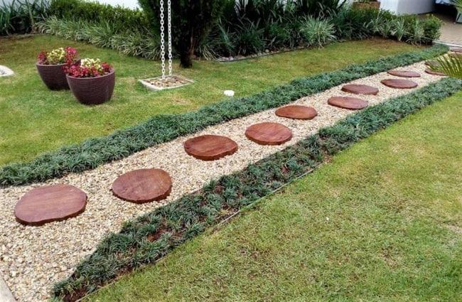 caminho em jardim com bolachas de madeira