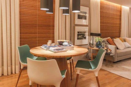 cortina persiana de bambu na sala de jantar
