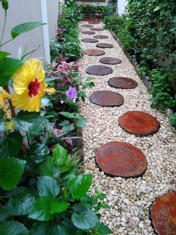 jardim pequeno com caminho de madeira