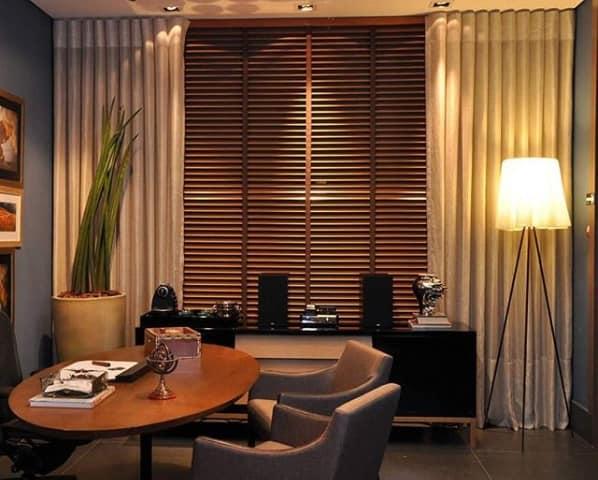 persiana de madeira com sobreposição de cortina de tecido