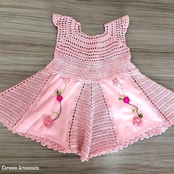 vestido de crochê infantil com bordado de fita