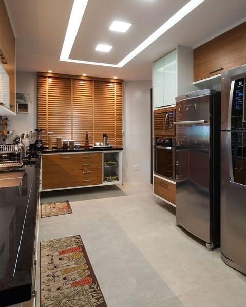 cozinha com persiana horizontal de madeira