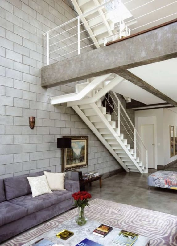 sala com parede de blocos de concreto