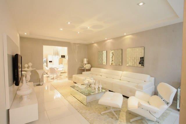 sala moderna com sofás brancos
