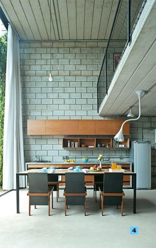 casa em estilo industrial com parede de blocos de concreto aparentes