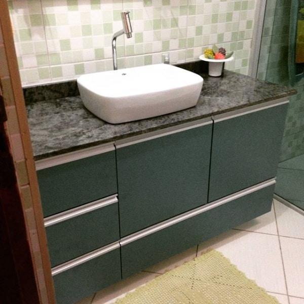 bancada de banheiro em granito verde Candeias