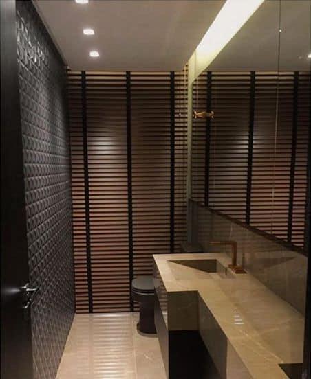 lavabo com persiana que imita madeira