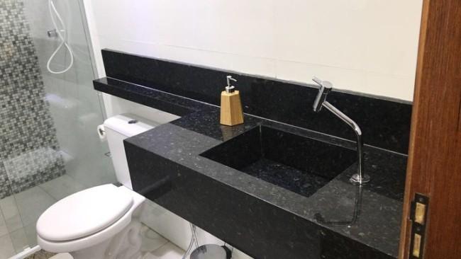 bancada de banheiro com cuba esculpida de granito verde ubatuba