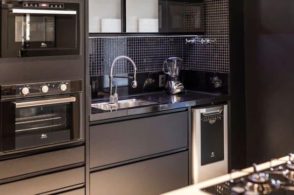 cozinha preta com bancadas de granito preto polido