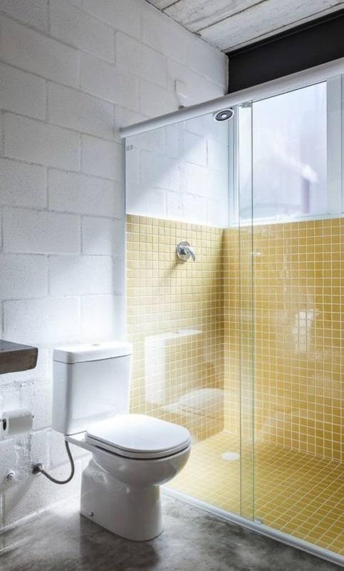 parede do banheiro com blocos de concreto pintados