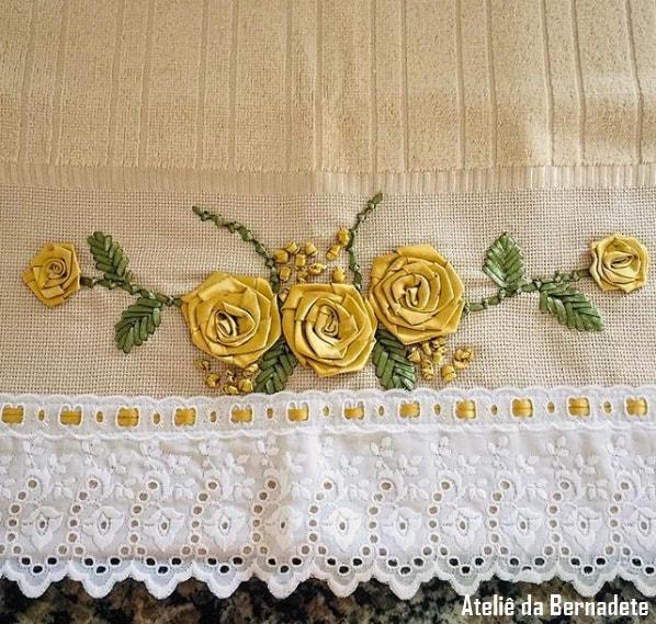 toalha com bordado de rosas feito em fita de cetim