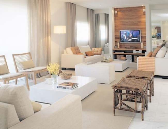 sala branca com detalhes em madeira clara