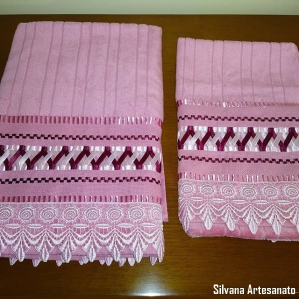 conjunto de toalha de banho e rosto bordadas em fita de cetim