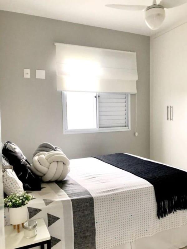 quarto com persiana romana de tecido branco