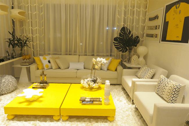 sala branca com mesa de centro amarela