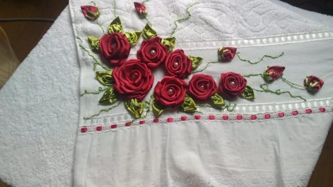 toalha bordada com flores de fita de cetim vermelha