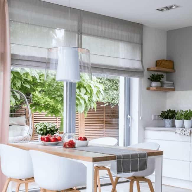 cozinha com persiana romana de tecido cinza