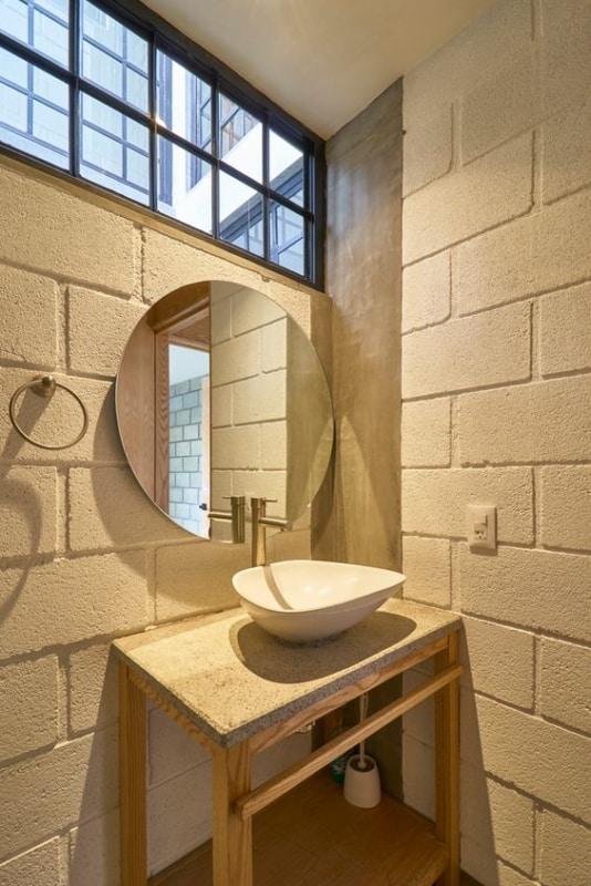 lavabo moderno com blocos estruturais pintados