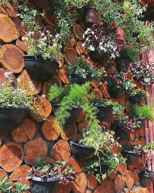 decorada com troncos de madeira