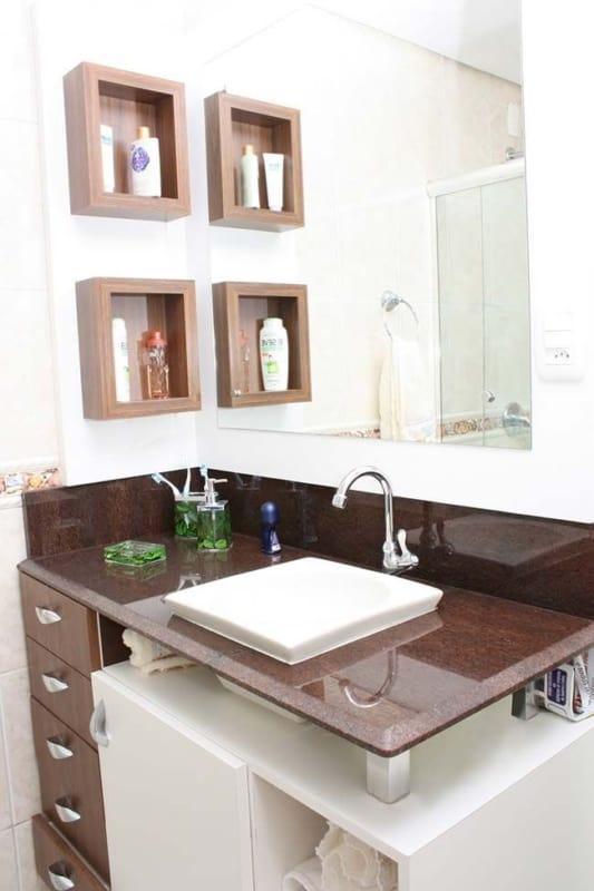 banheiro com bancada de granito marrom tabaco