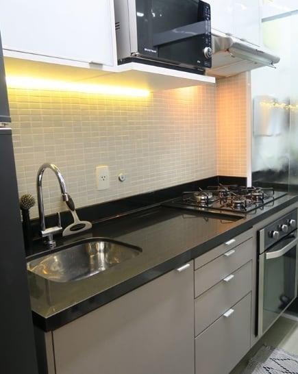 cozinha pequena e planejada com bancada de granito polido