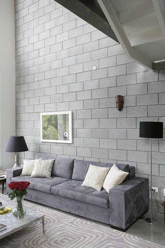 sala com pé direito duplo e parede de blocos estruturais