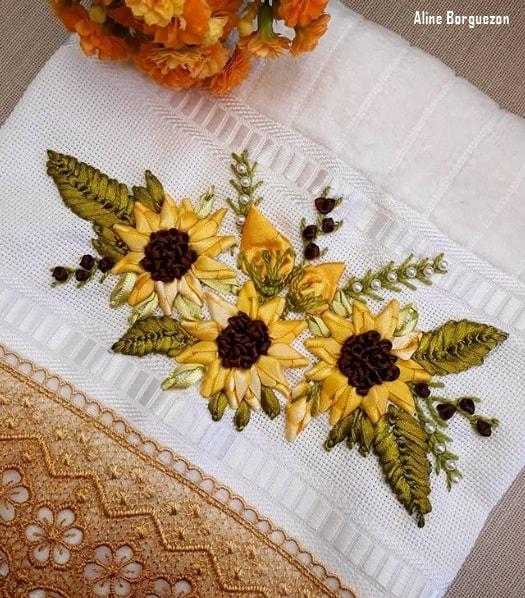 toalha com girassois bordados em fita de cetim