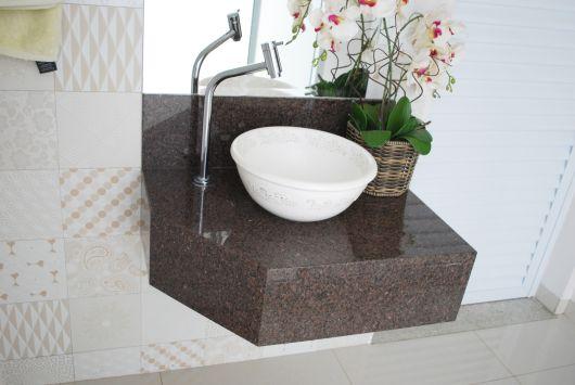 bancada pequena para banheiro em granito marrom