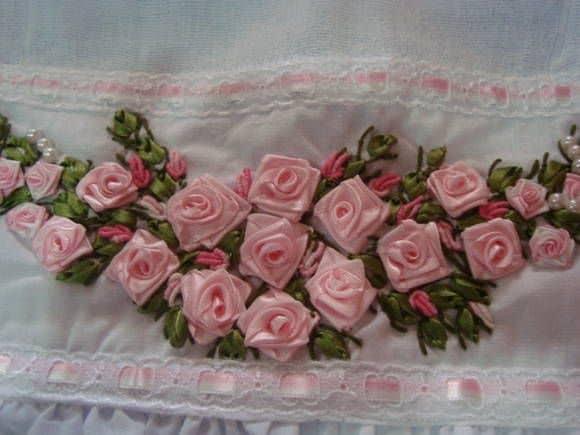 barrado bordado com mini flores de fita de cetim
