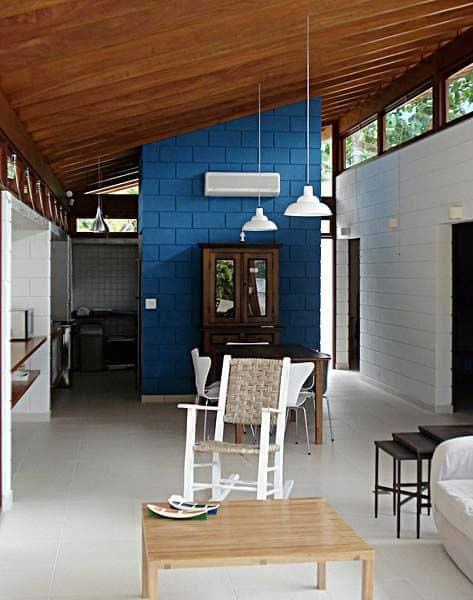 casa com paredes de blocos aparentes pintados