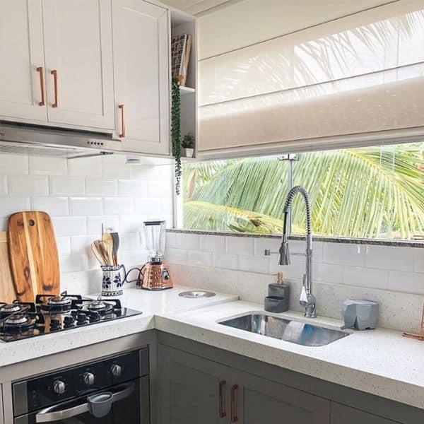 cozinha com persiana romana horizontal